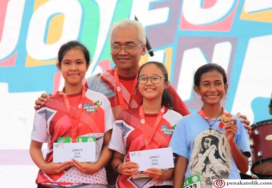 Para pemenang Lomba Lari Female 2,5 K bersama Mgr Prapdi