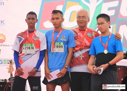 Para pemenang Lomba Joyfujl Run 2017 untuk 2,5 K menerima hadiah dari Mgr Mgr Pius Riana Prapdi