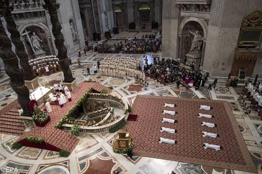 Paus tahbiskan 10 imam