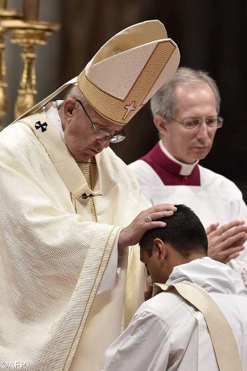 Paus tahbiskan 10 imam1