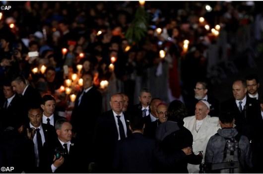 Pada Jumat Malam, tanggal 12 Mei 2017, Paus Fransiskus menyalami para peziarah di Fatima, saat mereka berkumpul bersama dia untuk rekoleksi singkat sebelum doa malam yang dimulai dengan doa Rosario yang dipimpin oleh Bapa Suci sendiri - AP