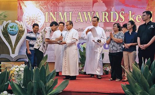 Perwakilan Tim Komsos Paroki Bojong Indah menerima penghargaan INMI Awards 2016. [Dokumentasi Komsos Paroki Serpong]