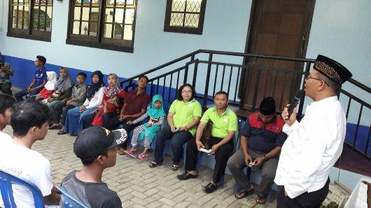 Ustad H Uning dari Rohis TNI-AU Atang Senjaya Semplak memberikan taussiah.