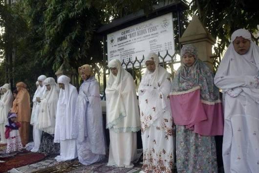 Sholat Ied di Malang sampai depan Gereja Katolik Hati Kudus Yesus Kayu Tangan