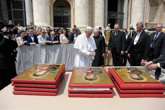 Pemberkatan 12 ikon Maria Bunda Selalu Menolong oleh Paus Fransiskus dalam audiensi di Lapangan  Santo Petrus 18 Mei 2016
