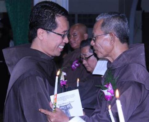 Ketika menjadi Minister Provinsial OFM, Pasor Adrianus Sunarko OFM (kiri) yan kini Uskup Terpilih  Pangkalpinang, menyalami Pastor  Yan Ladju OFM (kanan) pada Perayaan 40 Tahun Hidup Membiara 22 Oktober 2012 Foto OM Indonesia
