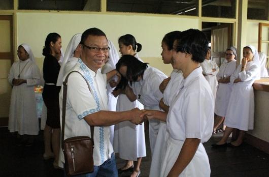 Linus Putut Pudyantoro memberikan ucapan proficiat kepada para postulan dan novis SFIC