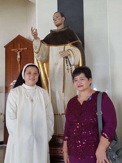 Suster Tresia OP dari Kongregasi Suster-Suster Dominikan Anunciata Filipina bersama ibunya