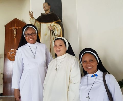 Suster Tresia OP (tengah) bergambar bersama  Suster Patricia OP dan Suster Teresa OP dari Kongregasi Suster-Suster Santo Dominikus di Indonesia yang hadir dalam Misa Pengikraran Kaul Kekal Suster Tresia OP