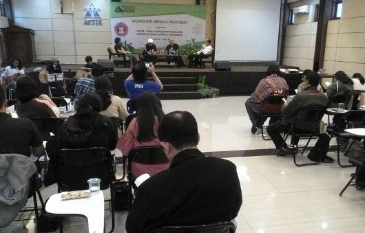 Workshop Menulis Tiga Paragraf (Pentigraf) yang diadakan oleh LPPM UKWK Malang dengan Komunitas Penulis Katolik Deo Gratias di Aula Universitas Katolik Widya Karya Malang, Sabtu dan Minggu (8- 9 Juli 2017) (1)