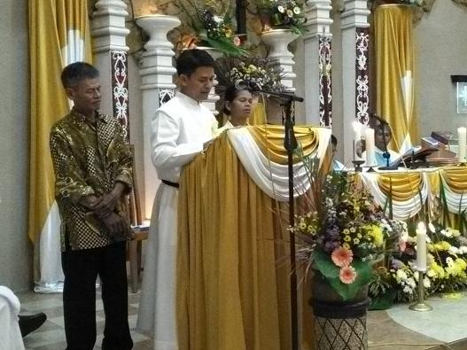 Frater Albertus Arif SMM didampingi orangtuanya