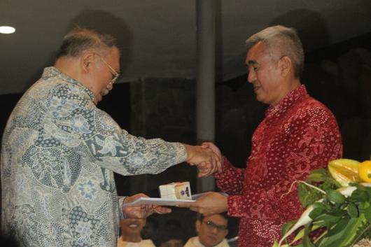 Yunarto Kristantoro (kiri) menyerahkan tugas pimpinan GMKA kepada Alamsyah Djaynurdin (batik merah)