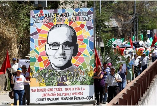 Orang-orang Salvador ikut dalam prosesi 24 Maret 2017 untuk memperingati ulang tahun pembunuhan Uskup Agung Oscar Romero – EPA