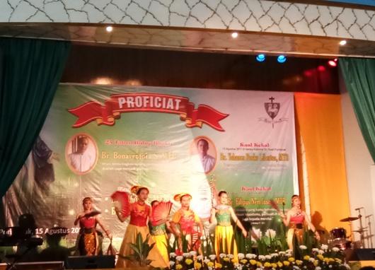 Ramah tamah di aula Bina Remaja Komplek persekolahan Bruder Pontianak.. Foto Suster Maria Seba SFIC