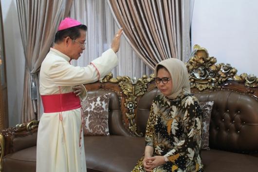 Mgr Rolly Untu MSC mendoakan Walikota Kotamobagu Tatong Bara