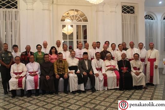 Walikota Pangkalpinang, para uskup, tokoh  lintas agama dan beberapa undangan bergambar bersama