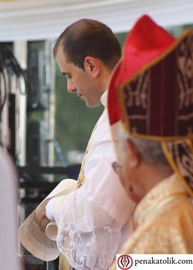 Sekretaris Duta Vatikan untuk Indonesia Pastor Fabio Salermo, Mgr Sunarko melipat kembali Surat Resmi Tahta Suci tentang pengangkatan Uskup Pangkalpinang