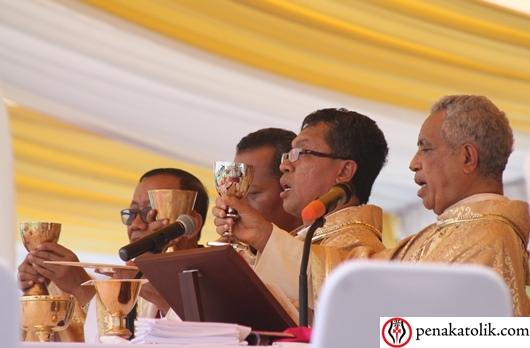 Mgr Adrianus Sunarko OFM memimpin Misa