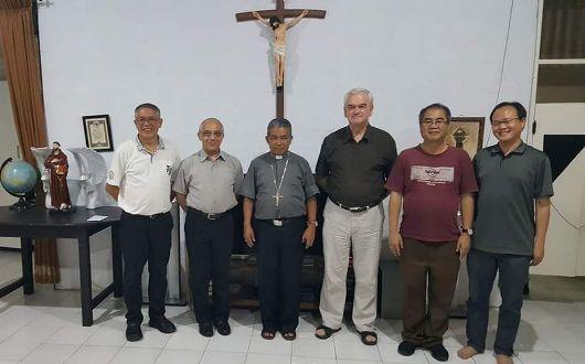 Master Ordo Dominikan Pastor Bruno Cadoré OP dan Pastor Vivian Boland OP bersama Uskup Agung Pontianak Mgr Agustinus Agus dan imam-imam OP yang berkarya di Pontianak