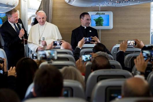 Paus berbicara dengan para wartawan di dalam pesawat