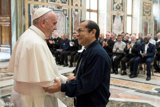 Paus Fransiskus bersama Pater Jenderal MSC yang baru Pastor Mario Absalón Alvarado Tovar MSC dalam audiensi bersama peserta kapitel umum.jpg