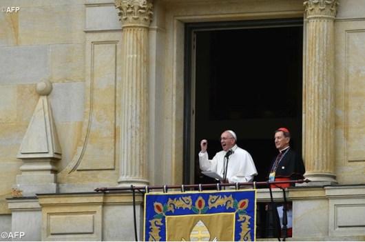 Paus Fransiskus ditemani oleh Kardinal Ruben Salazar menyampaikan sambutan kepada umat yang berkumpul di Lapangan Bolivar - AFP