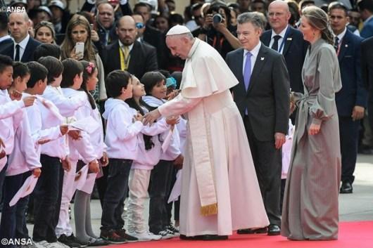 Paus diterima di Airport Bogota juga oleh Presiden Juan Manuel Santos