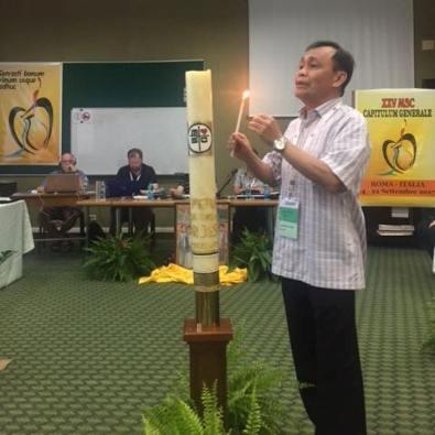 Provinsial MSC Indonesia Pastor Johny Luntungan MSC mendapat giliran memasang lilin untuk doa dan lagu-lagu dalam Bahasa Indonesia