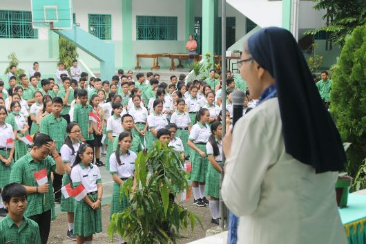 Provinsial Ursulin Indonesia berbicara dengan para murid