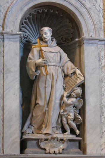 Patung Santo Fransiskus di Altar Basilika Santo Petrus