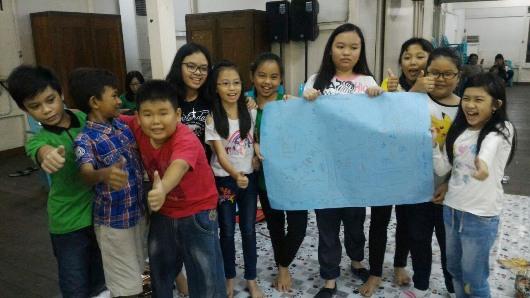 peserta rekoleksi SEKAMI bangga memperlihatkan hasil kreatifitas kelompoknya