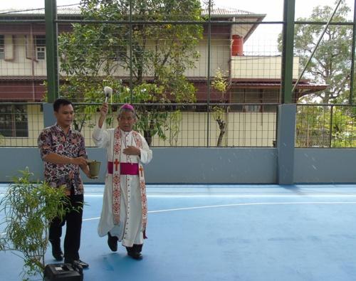 Mgr. Agus memberkati aula (2)