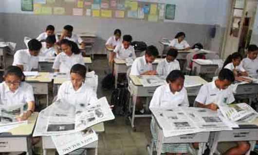 Para Murid SMPK Cor Jesu tampak serius Membaca salah satu Koran Lokal di Malang selama 30 menit di ruang kelas