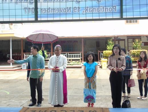 acara pemotongan pita oleh Mgr. Agustinus Agus dan Ibu Suwana (alumni & donatur)