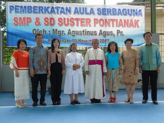 foto bersama Mgr. Agus, Sr. Irene (provinsial SFIC) dan para donatur, alumni sekolah suster