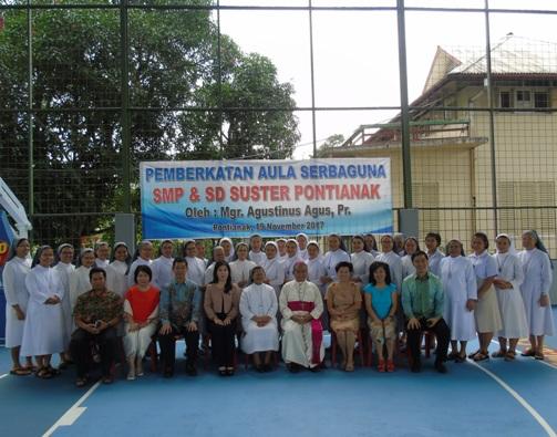 foto bersama para suster SFIC, Mgr. Agus dan para donatur, alumni sekolah suster