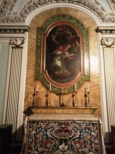 Kapel Paus Pius V, seorang imam Dominikan bernama Michele Ghislieri yang menjadi Paus ke-224 tahun 1566, juga ada biara/kuria Ordo Pewarta ini. Kalau bertanya mengapa Paus sampai saat ini selalu mengenakan jubah putih maka Paus inilah jawabannya, sebagai tanda kasih persaudaraan keluarga terhadap Ordo, dan sebagai tanda kerendahan hati.PEN@ Katolik/pcp