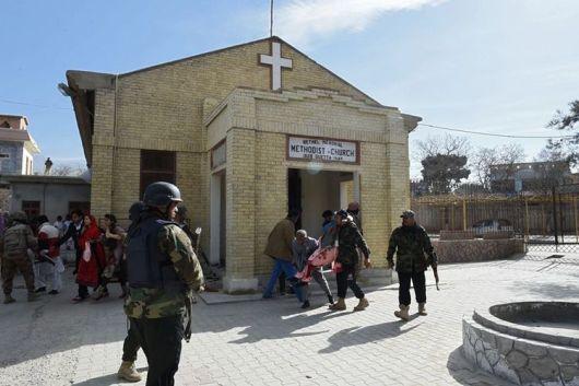 Penyelematan bagi yang terluka akibat bom bunuh diri di Gereja Metodis Quetta, Pakistan. Foto oleh AFP/Banaras Khan