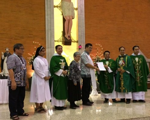 Pastor Giuseppe Arsciwals OP menyerahkanb Surat Keputusan Peresmian Chapter kepada presiden Chapter Dominikan Awam Welem Elimkusuma OP dari Chapter Santo Thomas Aquinas Surabaya