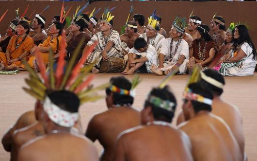 Para wakil masyarakat adatr Amazon mendengarkan sambuitan Paus Fransiskus