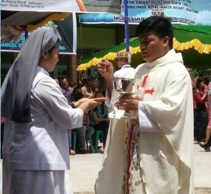 3 Imam baru Kapusin membagikan komuni kudus (1)