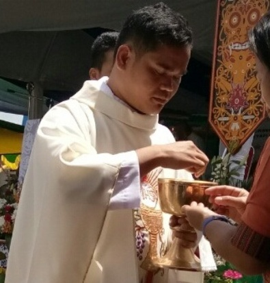 3 Imam baru Kapusin membagikan komuni kudus (1)2