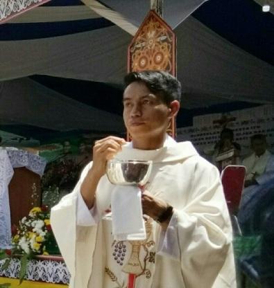 3 Imam baru Kapusin membagikan komuni kudus (1)3