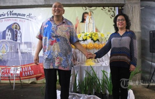 Benny Tungka bersama istri, foto  TRIBUNMANADO, ALEXANDER PATTYRANIE