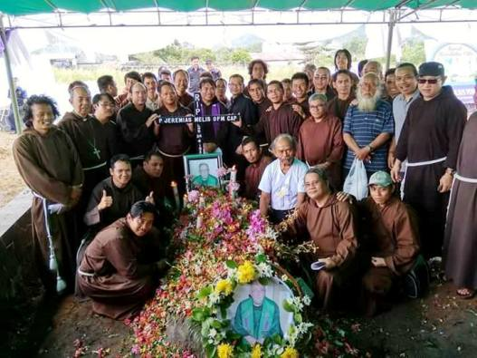 foto bersama di depan makam P. Yeri