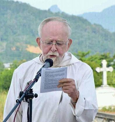 p.jeremias ketika memimpin misa arwah di kerkop pemakaman katolik singkawang