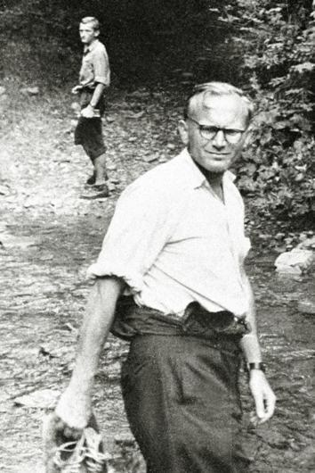 Pastor Karol Wojtyla dalam perjalanan ke pegunungan Tatra, antara 1950 dan  1959. © EAST NEWS 7/12