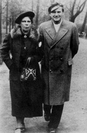 Karol Wojtyla bersama dengan bibinya Maria Anna Wiadrowska di Krakow, 1943.