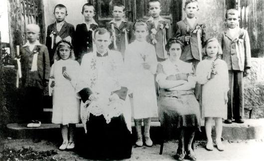 Karol Wojtyla sebagai pastor pembantu sebuah paroki di  Niegowic, antara  1948 dan 1951.