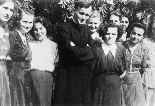 Karol Wojtyla bersama para mahasiswa di dekat Gereja Santo Floriana di Krakow, 1951. © EAST NEWS